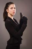 Κορίτσι κατασκόπων στο Μαύρο με το πυροβόλο όπλο Στοκ Φωτογραφία