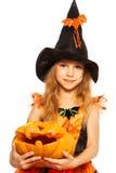 Κορίτσι κινηματογραφήσεων σε πρώτο πλάνο με την κολοκύθα στο φόρεμα μαγισσών Στοκ Φωτογραφία
