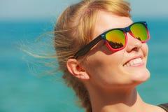 Κορίτσι κινηματογραφήσεων σε πρώτο πλάνο στα γυαλιά ηλίου που απολαμβάνει το φως του ήλιου Στοκ Φωτογραφία