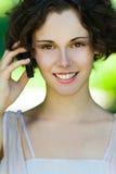 κορίτσι κινητών τηλεφώνων υπαίθρια στοκ εικόνες με δικαίωμα ελεύθερης χρήσης