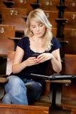 κορίτσι κολλεγίων sms που & Στοκ Φωτογραφίες