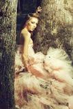 κορίτσι κοντά θερινό δέντρο άνοιξης πορτρέτου στο όμορφο στοκ φωτογραφίες με δικαίωμα ελεύθερης χρήσης