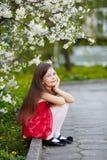 Κορίτσι κοντά στα λουλούδια δέντρων μηλιάς Στοκ Φωτογραφίες