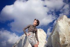 Κορίτσι κοντά στις πέτρες Στοκ εικόνες με δικαίωμα ελεύθερης χρήσης