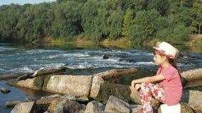 κορίτσι κοντά στον ποταμό απόθεμα βίντεο