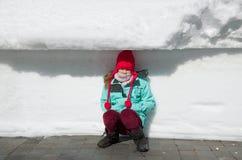 Κορίτσι κοντά στον τοίχο χιονιού Στοκ φωτογραφία με δικαίωμα ελεύθερης χρήσης