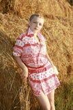 κορίτσι κοντά στο άχυρο Στοκ Φωτογραφίες