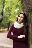 Κορίτσι κοντά στο δέντρο σε ένα πάρκο Στοκ Εικόνα