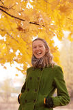 Κορίτσι κοντά στο δέντρο φθινοπώρου Στοκ φωτογραφία με δικαίωμα ελεύθερης χρήσης