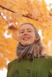 Κορίτσι κοντά στο δέντρο φθινοπώρου Στοκ φωτογραφίες με δικαίωμα ελεύθερης χρήσης