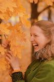 Κορίτσι κοντά στο δέντρο φθινοπώρου Στοκ Φωτογραφίες