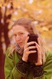 Κορίτσι κοντά στο δέντρο φθινοπώρου Στοκ εικόνα με δικαίωμα ελεύθερης χρήσης