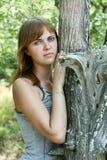 κορίτσι κοντά στο δέντρο Στοκ Εικόνα