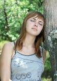 κορίτσι κοντά στο δέντρο Στοκ φωτογραφία με δικαίωμα ελεύθερης χρήσης