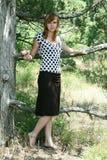 κορίτσι κοντά στο δέντρο Στοκ Εικόνες
