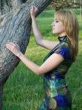 κορίτσι κοντά στο δέντρο Στοκ Φωτογραφία
