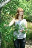 κορίτσι κοντά στο δέντρο Yong Στοκ φωτογραφία με δικαίωμα ελεύθερης χρήσης