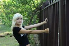 Κορίτσι κοντά στο δικτυωτό πλέγμα Στοκ φωτογραφία με δικαίωμα ελεύθερης χρήσης