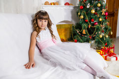 Κορίτσι κοντά στο διακοσμημένο χριστουγεννιάτικο δέντρο Στοκ Φωτογραφία