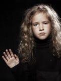 κορίτσι κοντά στο λυπημένο παράθυρο Στοκ εικόνες με δικαίωμα ελεύθερης χρήσης