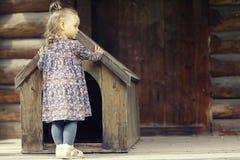 Κορίτσι κοντά στο σπίτι σκυλιών Στοκ εικόνες με δικαίωμα ελεύθερης χρήσης
