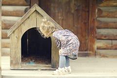 Κορίτσι κοντά στο σπίτι σκυλιών Στοκ Εικόνα