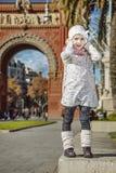 Κορίτσι κοντά Arc de Triomf στη Βαρκελώνη, Ισπανία που κρατά το καπέλο της Στοκ εικόνες με δικαίωμα ελεύθερης χρήσης
