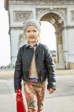 Κορίτσι κοντά Arc de Triomphe στο Παρίσι, Γαλλία που πηγαίνει προς τα εμπρός Στοκ Φωτογραφίες