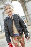 Κορίτσι κοντά Arc de Triomphe στο Παρίσι, Γαλλία που πηγαίνει προς τα εμπρός Στοκ εικόνες με δικαίωμα ελεύθερης χρήσης