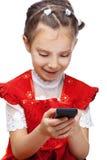 κορίτσι κυττάρων λίγη ανάγνωση sms Στοκ εικόνα με δικαίωμα ελεύθερης χρήσης