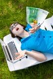 Κορίτσι κόμματος Μεθυσμένο γυαλί εκμετάλλευσης γυναικών martini με 100 ευρώ στοκ φωτογραφία με δικαίωμα ελεύθερης χρήσης