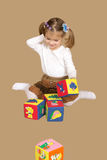 κορίτσι κύβων λίγο παιχνίδι Στοκ Εικόνες