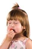 κορίτσι λίγη δοκιμή φραουλών Στοκ εικόνες με δικαίωμα ελεύθερης χρήσης