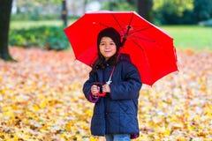 κορίτσι λίγη ομπρέλα κάτω Στοκ Εικόνες