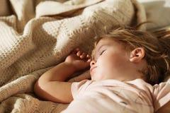 κορίτσι λίγος ύπνος Ξένοιαστος ύπνος λίγο μωρό με ένα μαλακό παιχνίδι Στοκ εικόνες με δικαίωμα ελεύθερης χρήσης