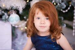κορίτσι λίγο πορτρέτο Εσωτερικό Χριστουγέννων Κόκκινο τρίχωμα οριζόντιος Στοκ Φωτογραφία