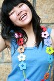 κορίτσι λουλουδιών ευτυχές Στοκ φωτογραφία με δικαίωμα ελεύθερης χρήσης