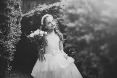 κορίτσι λουλουδιών λίγα Καλός λίγη παράνυμφος που στέκεται υπαίθρια Στοκ εικόνα με δικαίωμα ελεύθερης χρήσης