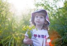 κορίτσι λουλουδιών λίγα Στοκ φωτογραφίες με δικαίωμα ελεύθερης χρήσης