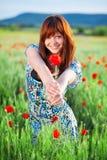 κορίτσι λουλουδιών που δίνει το χαμόγελο Στοκ φωτογραφία με δικαίωμα ελεύθερης χρήσης