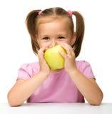 κορίτσι μήλων λίγα κίτρινα Στοκ Φωτογραφία