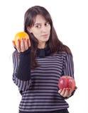 κορίτσι μήλων που κρατά το πορτοκαλί s στοκ φωτογραφία