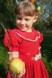 κορίτσι μήλων που κρατά το υπαίθριο πορτρέτο στοκ φωτογραφίες