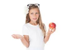 κορίτσι μήλων που κρατά το υπαίθριο πορτρέτο Στοκ εικόνες με δικαίωμα ελεύθερης χρήσης