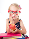 κορίτσι μήλων που κρατά το υπαίθριο πορτρέτο Στοκ Φωτογραφία