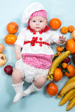 Κορίτσι μαγείρων μωρών που φορά το καπέλο αρχιμαγείρων με τους νωπούς καρπούς. Στοκ Εικόνες