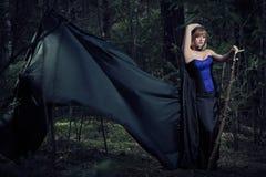 Κορίτσι μαγισσών στο δάσος Στοκ φωτογραφία με δικαίωμα ελεύθερης χρήσης
