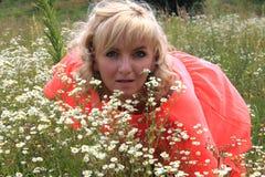 Κορίτσι, μακρύ φόρεμα, ένας τομέας των λουλουδιών, ένα ρόδινο φόρεμα όμορφο ξανθό κορίτσι σε έναν τομέα των λουλουδιών Στοκ Εικόνα
