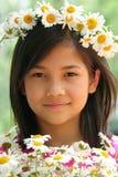 κορίτσι μαργαριτών κορωνών λίγα Στοκ Φωτογραφία