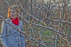 Κορίτσι μεταξύ των κλάδων Στοκ εικόνες με δικαίωμα ελεύθερης χρήσης